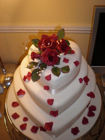 """""""Roses Straight From The Heart"""" Wedding Cake. love that cake"""