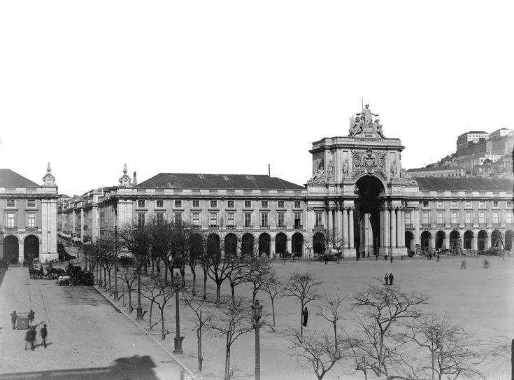 Praça do Comércio - c.1907. Del av Lisbons återuppbyggnad (ledd av Marques de Pombal och militäringenjören Eugénio dos Santos de Carvalho och ungraren Carlos Mardel) efter 1755 års jordbävning.