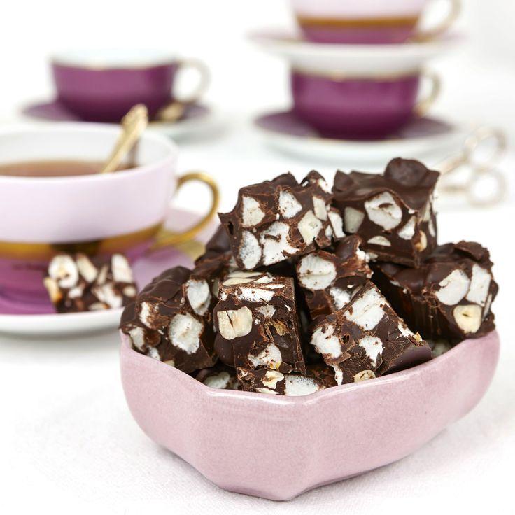 Under chokladtäcket döljer sig bitar av hasselnötter, marsipan och marshmallows.