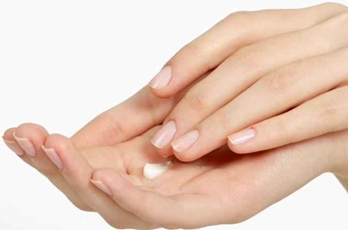Mani secche e screpolate: cause e rimedi naturali >>> http://www.piuvivi.com/bellezza/mani-secche-screpolate-cause-trattamenti-naturali.html <<<
