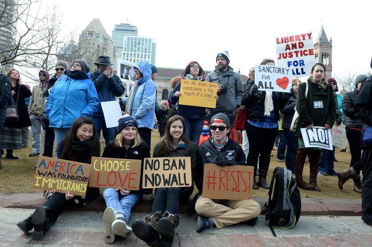 Des manifestants se sont retrouvés au parc Copley à Boston avec des pancartes « L'Amérique a été trouvée par des immigrants», « Choisissez l'amour», « Pas de gens bannis, pas de mur», « Résistez», « La liberté et la justice pour tous».