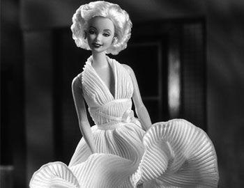 H σκηνή με τη Marylyn να προσπαθεί να κρατήσει το λευκό της φόρεμα κόντρα στο ρεύμα αέρα από τη σχάρα του μετρό είναι κλασική. Αυτή ακριβώς μιμείται η κούκλα Barbie, που σχεδιάστηκε ειδικά για να