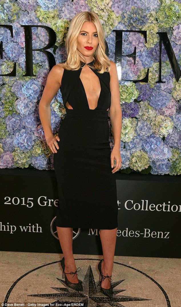 Gorgeous: The blonde bombshell styled her long bob in perfect curls and added a slick of b...