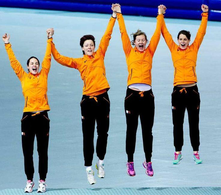 De vreugdesprong van de dames achtervolgingsploeg op het podium voor de medaille uitreiking. #sochi14