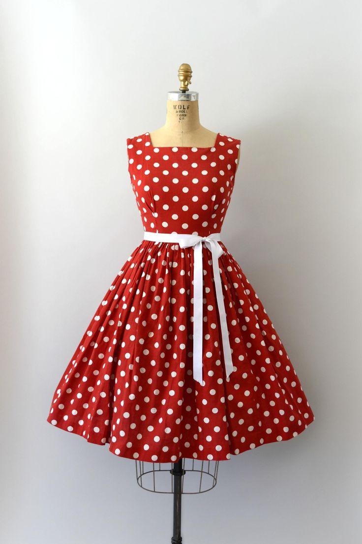 Schattig vintage 1960s jurk set, waar rood polkadot katoen/linnen mengsel, jurk functies een vierkante hals, de tank schouders, de pasvorm en de flare ontwerp met verborgen terug zip. Bijpassende bolero jasje functies een grote witte kraag, korte mouwen en knop voorzijde.  ---M E EEN S U R E M E N T S---  Pasvorm/maat: XS  Bust: 32-33 Taille: 24-25 Heupen: gratis Lengte: 39 Schouder aan taille: 14.5  Maker/merk: geen gevonden Voorwaarde: Groot met lichte stress op het bovenlij...