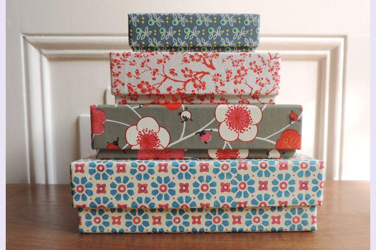 4 boites gigognes habillées de papier japonais (chiyogami) et papier florentin. Dim 14.5cm -13cm- 10,5cm- 9cm. pour les-papiers-de-lucas