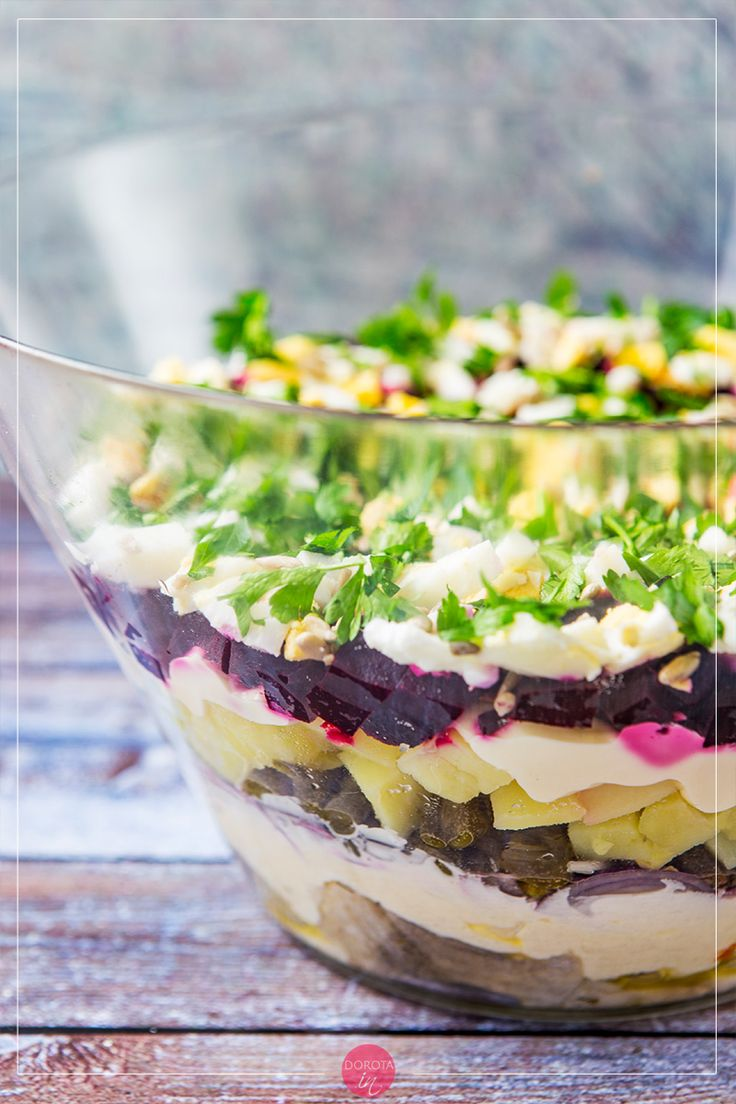 Śledzie pod pierzynką czyli warstwowa, kolorowa sałatka na imprezę lub kolację. Nawet do pracy można zabrać, byle zjeść w odosobnieniu ;). #przepis #kuchnia #śledzie #sałatka