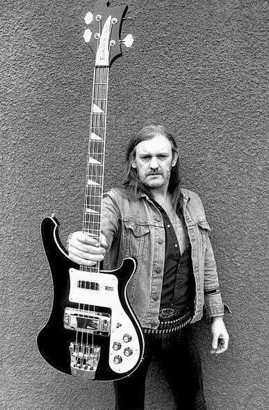 Lemmy Kilmister era un muy buena bajista. El tocaba el bajo y cantaba por su banda, Motörhead. Normalmente, un bajo tiene cuatro cuerdas. el bajo - the bass #learningspanish