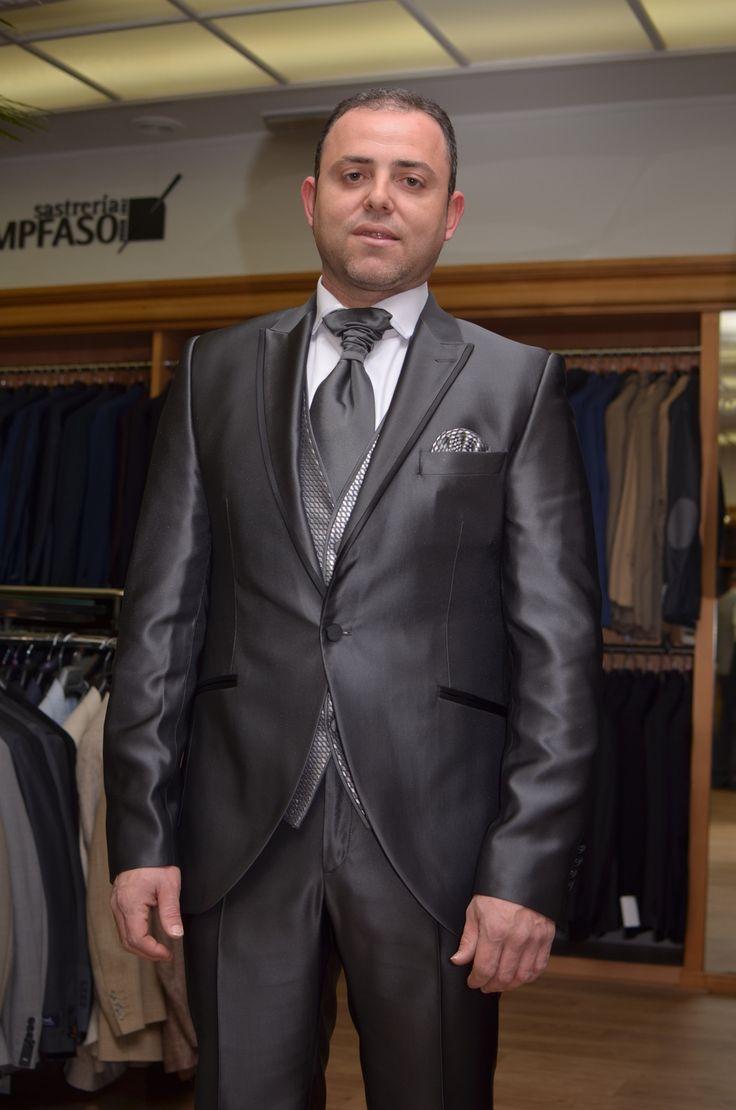 Traje de novio en gris antracita con vistas de solapa y bolsillos  en negro.  www.sastreriacampfaso.es