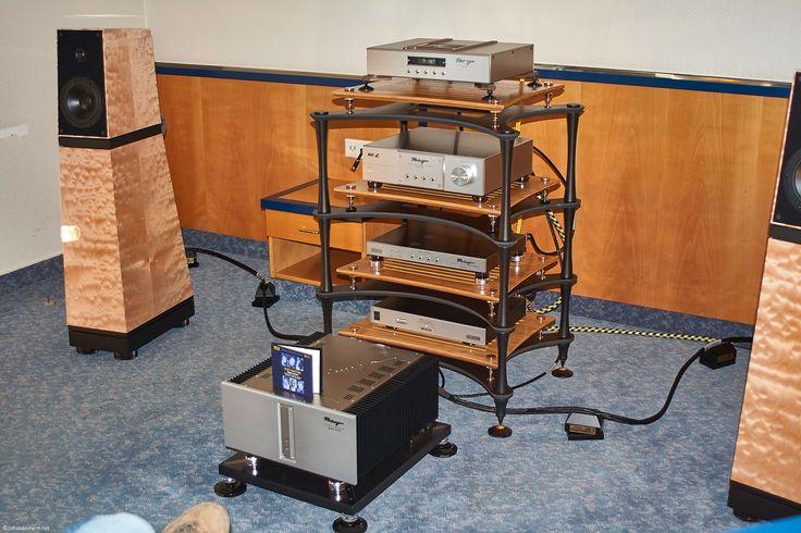 Im Clarity Rack stehen Reimyo CD-Laufwerk, der Vorverstärker CAT 777 MKII, der DA-Wandler und der ALS-777 Stromaufbereiter; davor die 2 x 200 Watt starke Endstufe KAP-777. Sie musizieren mit der Verity Audio Amadis S zum Paarpreis ab 33000 Euro. Alles steht auf Harmonix Basen und Zubehör