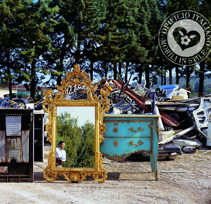 Cassettone e specchiera in stile rococò, cassettone e specchiera in stile Luigi XV, cassettone con fregi in ottone, cassettone e specchiera in stile classico, specchiera intagliata a mano e dorata con foglia oro