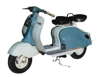 """Nos anos 50 a """"LAMBRETTA"""" se espalhou pelo mundo. Aqui começou a ser produzida na metade dessa década, mas bem antes já era vista em nossas ruas, importadas da Itália (de onde era originária). 1957"""