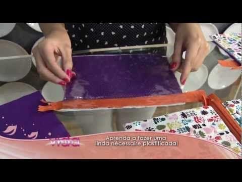 Materiais: - Plástico cristal - Algodão estampado - Manta acrílica - 01 zíper de medida maior que a largura da peça (25 cm) - Talco infantil - Tesouras - Alf...