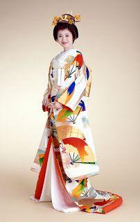 El Uchikake es el más suntuoso de los tres. Un detalle interesante de este kimono es la cola, que no cae hacia atrás como en los vestidos de novia occidentales sino que rodea a la novia, haciendo que le sea muy difícil moverse sin ayuda. Puede ser de cualquier color y estar adornado con los motivos oportunos. Grullas y olas son motivos de buena suerte muy populares.