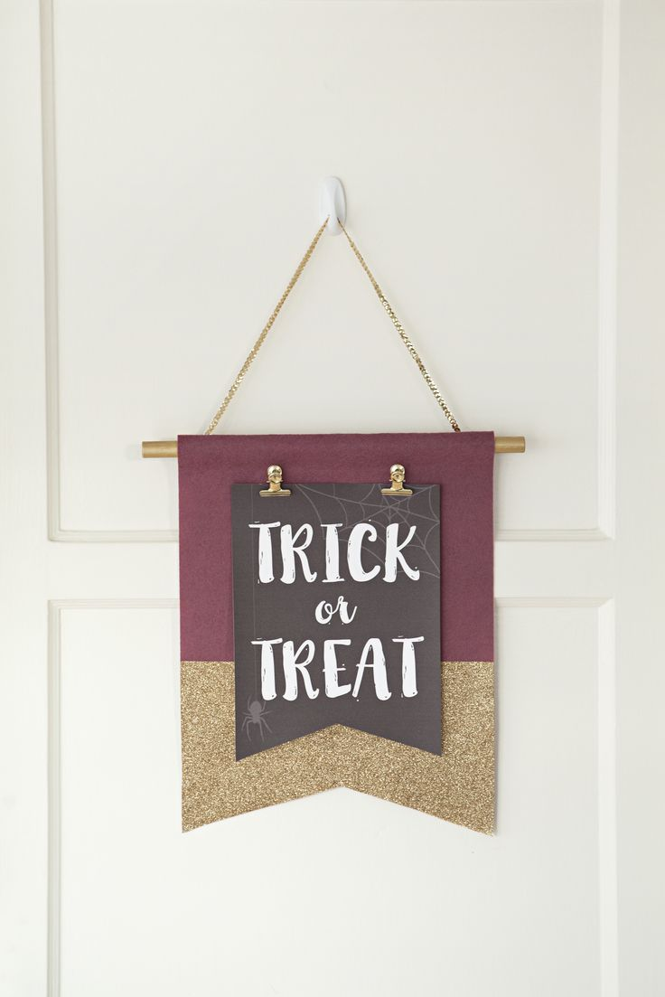 Create a DIY door decoration that can be updated quickly for each holiday! Click in for our full guide and get started on making your own.