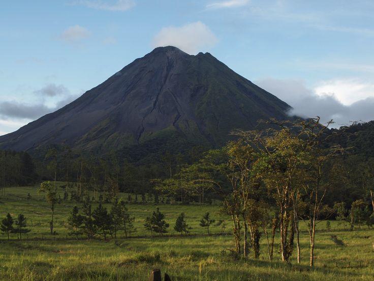 Arenals varme kilder, som er et must at opleve under din rejse til Costa Rica. De naturlige vulkanske varme kilder har skabt 5 pools med temperaturer fra 37C til 41C samt et ferskvandsvandfald og -pool.