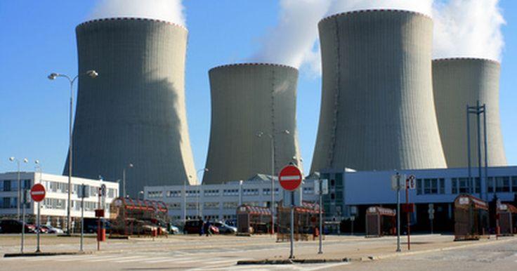 Los efectos negativos de la energía nuclear. La energía nuclear se refiere al uso de materiales radiactivos para la producción de electricidad. Esto ocurre en las centrales nucleares a través de un proceso llamado fisión. Fisión implica bombardear el núcleo de un átomo con neutrones, lo que causa que el neutrón se divida y libere energía. La realización de fisión en los materiales ...