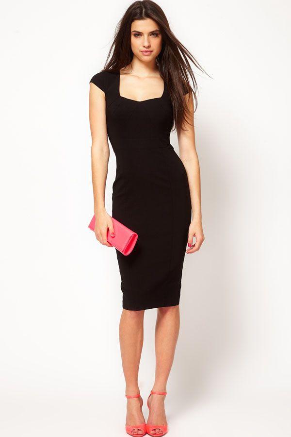 Een vierkante halslijn is een prima oplossing als je liever geen V-halzen draagt. En zwart kleedt af! Deze jurk kan prima naar kantoor gedragen worden.
