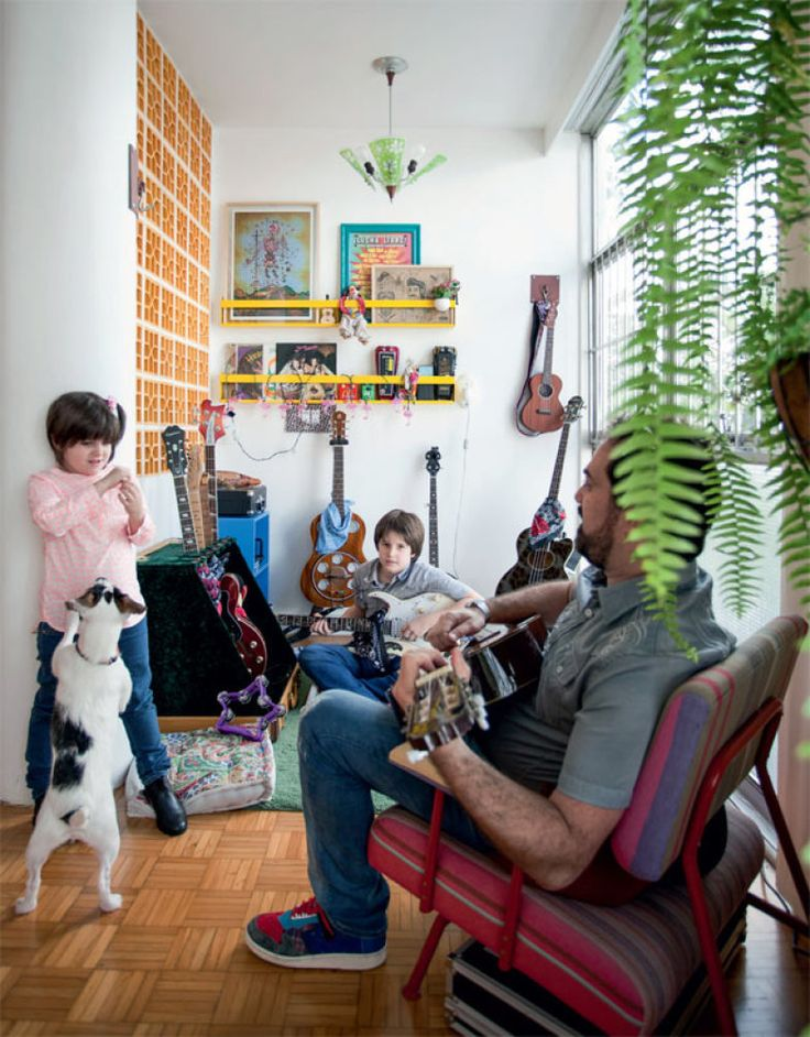Daniel, o marido, diverte-se com os filhos no cantinho da música.