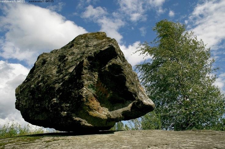 Siirtolohkare - Onkiniemen liikkuva kivi siirtolohkare jääkausi harvinaisuus nähtävyys luonnonoikku sinitaivas peruskallio koivu kivenjärkäle järkäle valtava suuri kiikkerä irtonainen irrallaan iso kivi
