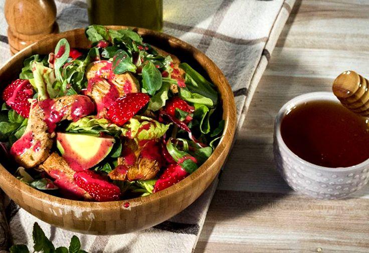 Σαλάτα με κοτόπουλο και ντρέσινγκ φρούτων από τον Άκη Πετρετζίκη – Γεύσεις και αρώματά! 20 λεπτά Χρόνος Εκτέλεσης 2 Μερίδα/ες 1 Βαθμός Δυσκολίας Υλικά  1 στήθος κοτόπουλο, κομμένο σε κάθετες φέτες πάχους 0,5 εκ.  λίγο ελαιόλαδο για το σοτάρισμα πολλά φρέσκα μυρωδικά για το σοτάρισμα του κοτόπουλου (βασιλικός, δυόσμος) ξύσμα από 1 λάιμ...