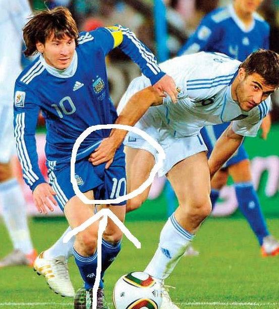 Messi memperebutkan bola dengan Sokratis Papastathopoulos ...