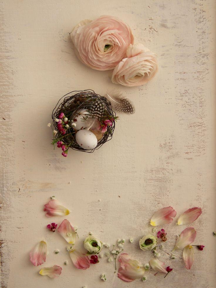 Easter NestIl nido è il simbolo della propria casa, dello star bene con chi si ama, di protezione  e di rinascita.I nidi sono realizzati in fil di ferro ed hanno all'interno del muschio , due ovetti di cioccolata e una piuma Belli da utilizzare come decorazioni pasquali e come centrotavola e segnaposto Sono disponibili set di due misure: small 10x9cm medium 12x11cmIn omaggio per ogni acquisto nello shop durante il mese di marzo ci sarà una cartolina firmata Fili di Poesia