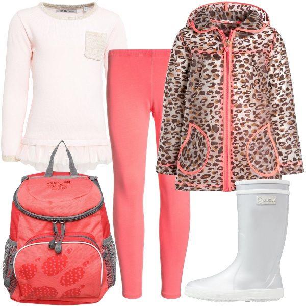 Impermeabile con cappuccio in fantasia animalier abbinato a leggings rossi e maglione color perla con gala. Completano il look lo zainetto e gli stivali in gomma silver.