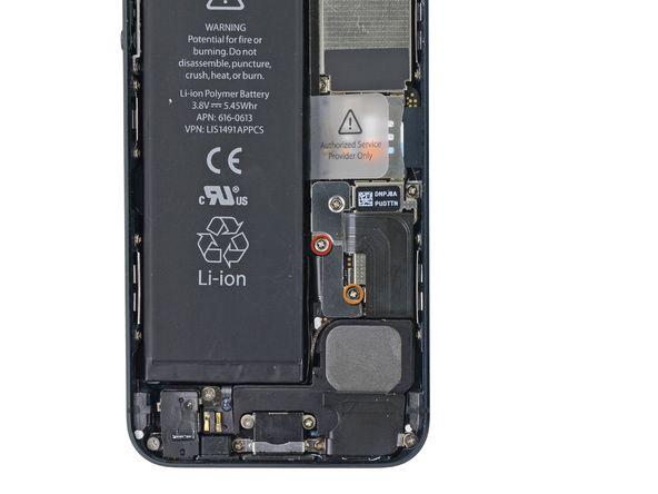1. Fjern følgende skruer som fester metallbatteriets kontaktbrakett til hovedkortet: * En 1.8 mm Phillips skrue * En 1.6 mm Phillips skrue