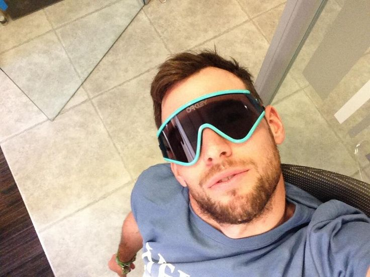 @Mark Cavendish Loving the new #OakleyHeritage #Eyeshades that @Oakley Europe sent. I'm no good at this #selfie stuff though! pic.twitter.com/xeWV4ugCOy