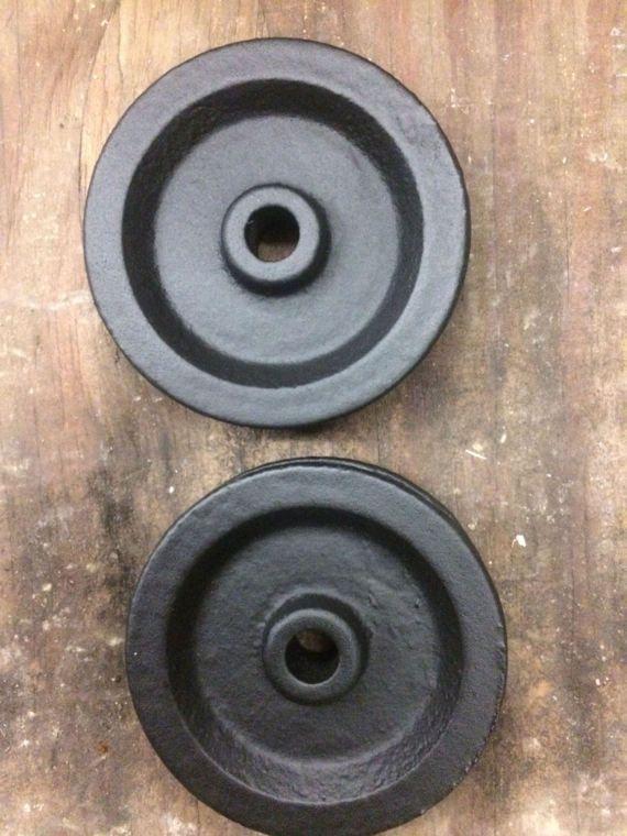 3,5 pouces roues métal est livré dans les couleurs trou central rouge ou noir-5/16 de diamètre vendu par lot de deux
