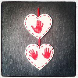 Empreintes de mains en p te sel avec ruban peinture et vernis colle id e offrir f tes des - Activite fete des grand mere ...