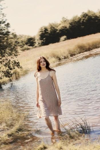 Leuke jurk met spaghettibandjes en zalmkleurige glitters