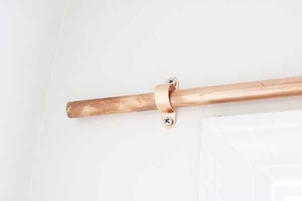 Fabrica nuevas barras para las cortinas con tubos de cobre y accesorios.