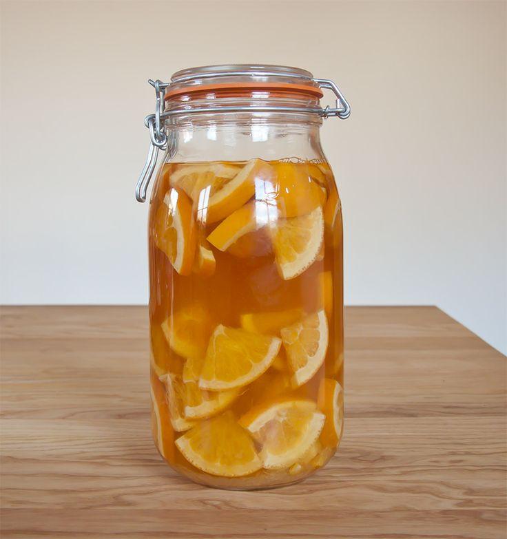 """Alkohol, reife Orangen, Zucker und Zeit zum ziehen: Mehr braucht es nicht um einen aromatischen Orangenlikör herzustellen. Später wird dieser dann auf """"Trinkstärke"""" verdünnt. #Hoermannhof #Likoer #Getraenke"""