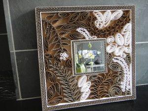 Miroir en carton ondulé bicoleur blanc et naturel, avec des motifs de feuilles