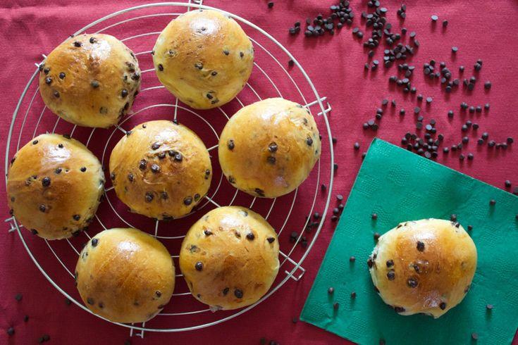 Morbidi e golosi, i panini al latte con gocce di cioccolato ti faranno iniziare la giornata col sorriso. Scopri la ricetta di questi dolci lievitati!