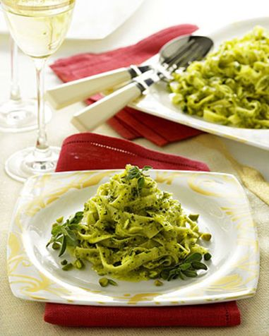 Tagliatelle con pesto di pistacchi Ecco un primo piatto gustoso, delicato, facile e veloce. La ricetta è originaria della Sicilia