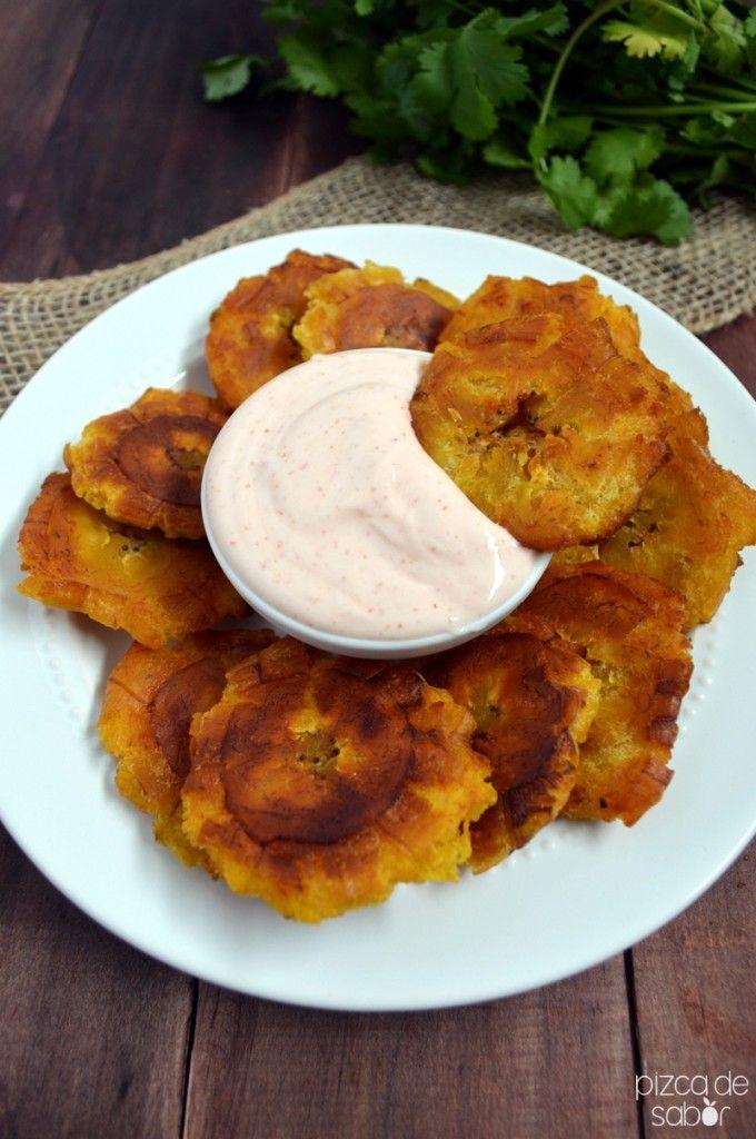 Tostones de plátano & dip de yogurt y chipotle - Pizca de Sabor