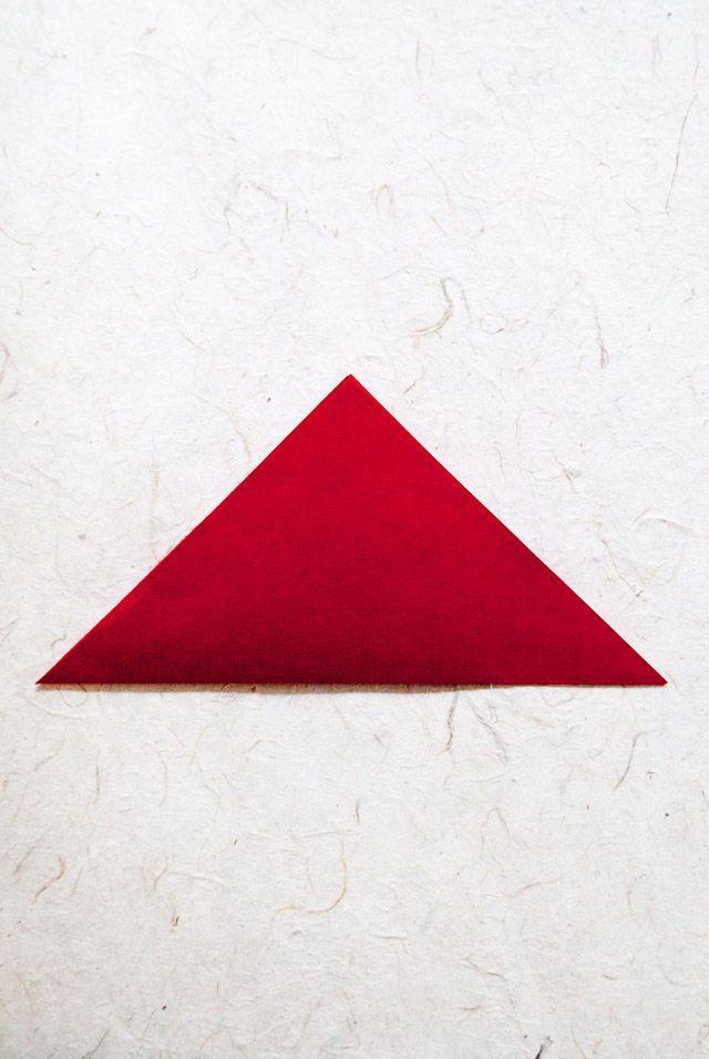 1.三角形を作るように半分に折ります。