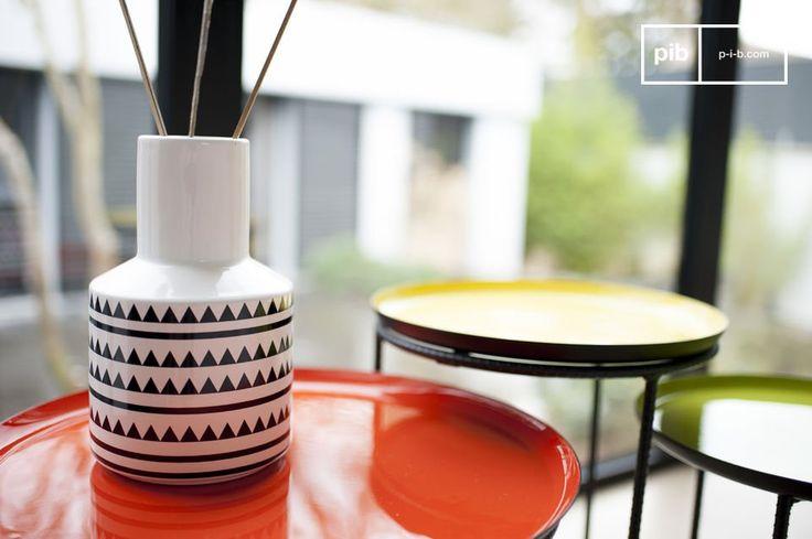 Die Vase Nora ist ein kleines Deko-Accessoire mit verführerischem Stil, das Ihrem Interieur eine schöne ästhetische Note verleihen wird. Diese Vase eignet sich besonders für frisch geschnittene Blumen, getrocknete Duft-Blumen und für originelle Duft-Stäbchen.