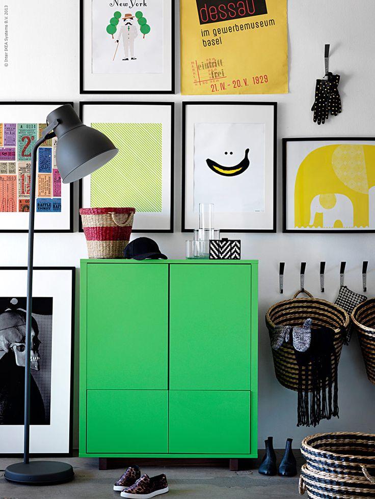 En inspirationsvägg full av dina favorittavlor och affischer sätter fart på hallen. Ett överbelamrat stackars rum som hos många (läs mig) brukar svämma över med höstens alla kläder och skor. Bra förvaring i form av ett snyggtpopgrönt skåp där man kan gömma både  45:or, stövlar, sneakers och allt däremellan är superpraktiskt.