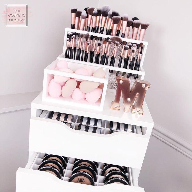 Les archives cosmétiques. Organisateurs de maquillage en acrylique. Votre vanité de rêve vous attend!