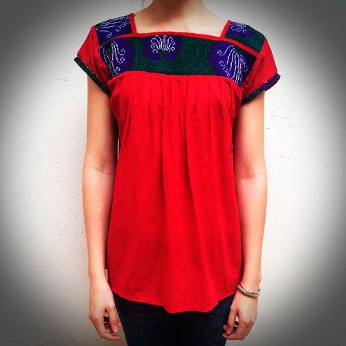 Blusa bordada roja flores artesanal, talla única. La blusa bordada roja es una prenda ideal para combinar con jeans, jeggins, leggins.