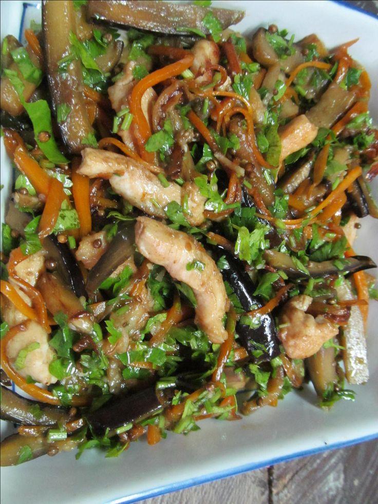 Куриное филе, баклажан, морковь, соевый соус, сахар, растительное масло, уксус, петрушка, чеснок, кориандр, имбирь.