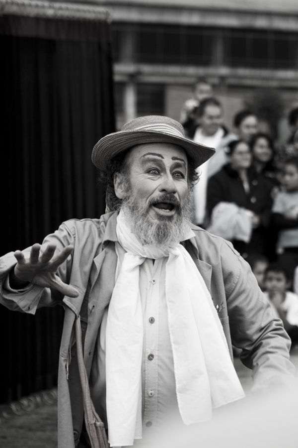 Obra La Historia del Florero, compañía: República de los Locos (Colombia) Festival Iberoamericano de Teatro, Bogotá