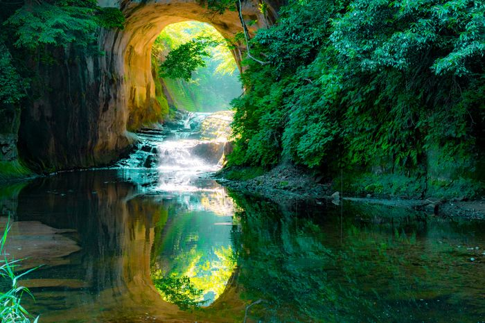自然あふれる濃溝の滝ですが、迂回していた川を通すために洞窟を掘って作った人工滝だそうです。夏は蛍狩りができ、秋には美しい紅葉が楽しめます。