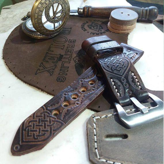 Correa de reloj de lujo que es hecho a mano y mano grabado con símbolos celtas. Esta hermosa correa puede caber en cada reloj, sólo necesita seleccionar el tamaño en el menú desplegable. Todas las correas de cuero están hechas por mí. Cada uno es hecho a mano y había cosido con fuerte y encerado hilos. La piel que utilizo es genuina, es de alta calidad y cuidadosamente seleccionados. Contempla la correa es largo y difícil proceso. Empiezo con una pieza de cuero y todo lo hago con mis propias…