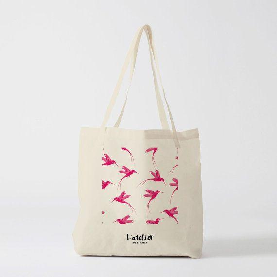 Tote bag colibri sans fond, sac en toile, sac coton, sac à langer, sac à main, sac fourre-tout, sac de course, sac de cours, sac ordinateur, shopping bag, sac vélo, sac cadeau, sac a dos  ................................................................................................. -Matière : 100% coton écru 130g -Dimension : L38 X H42 cm -Anses : Longues 2,5 x 60 cm -Lavage à la main…