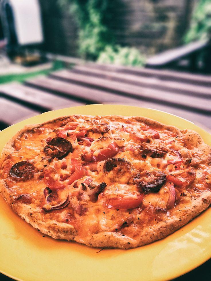 Gluténmentes pizza egyenesen a kemencéből.🍕🍙  Szafi Free pizza lisztkeverékből készült és a kemencében sült kb. 300 fokon, ezzel lerövidítve a sütési időt.  Ropogós, fűszeres tésztára sok feltétet tettünk és nagyon finom lett!  A pizza lisztkeveréket itt találod:  https://biofamily.hu/termek/szafi-free-pizza-lisztkeverek/
